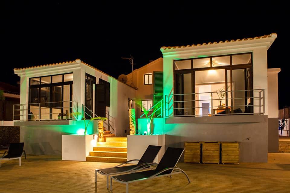 Surf camp Corralejo Fuerteventura, iles Canaries Ocean Experience Vue de la façade et terrasse la nuit