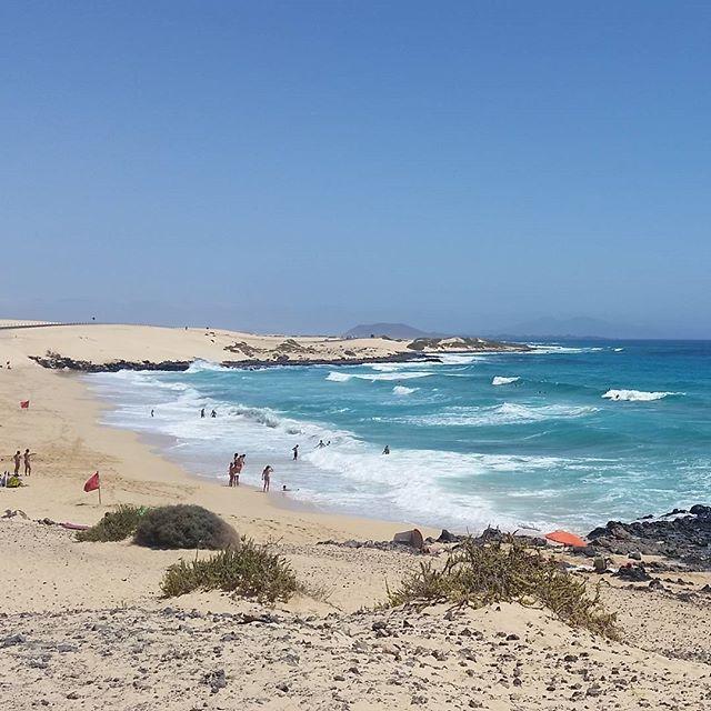 Plage de Sable Blanc à Fuerteventura, Corralejo, îles Canaries